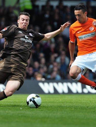 Dennis DAUBE (FC St. Pauli) versucht Chadli AMRI (1.FSV Mainz 05) den Ball abzugrätschen.