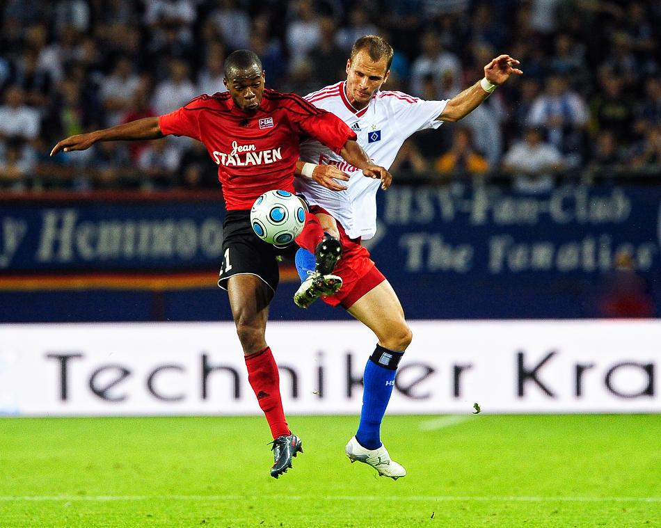 Zweikampf zwischen Markus Berg und Bazile Hervé