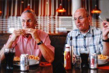 Ich mache Urlaub in London und treffe Bob & John in einem Hamburger-Lokal. Die beiden Herren sind so freundlich und stimmen meiner Fotoanfrage zu. Mir ist der Kontrast zwischen jungen Ambiente (Einrichtung, Speisen und Getränke) und den alten Männern sofort ins Auge gesprungen und ich wollte ihn fotografisch festhalten.