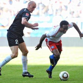 Ze Roberto und Miroslav Karhan im Sprint um den Ball