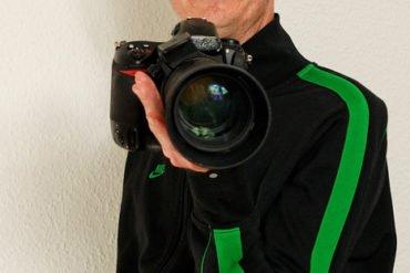 Bei größeren Objektiven kann ich besser verdeutlichen, wie wichtig es ist, die Hand flach unter das Objektiv zu bringen: ich denke Du kannst hier sehr gut sehen, wie die Kamera auf der Hand ruht.