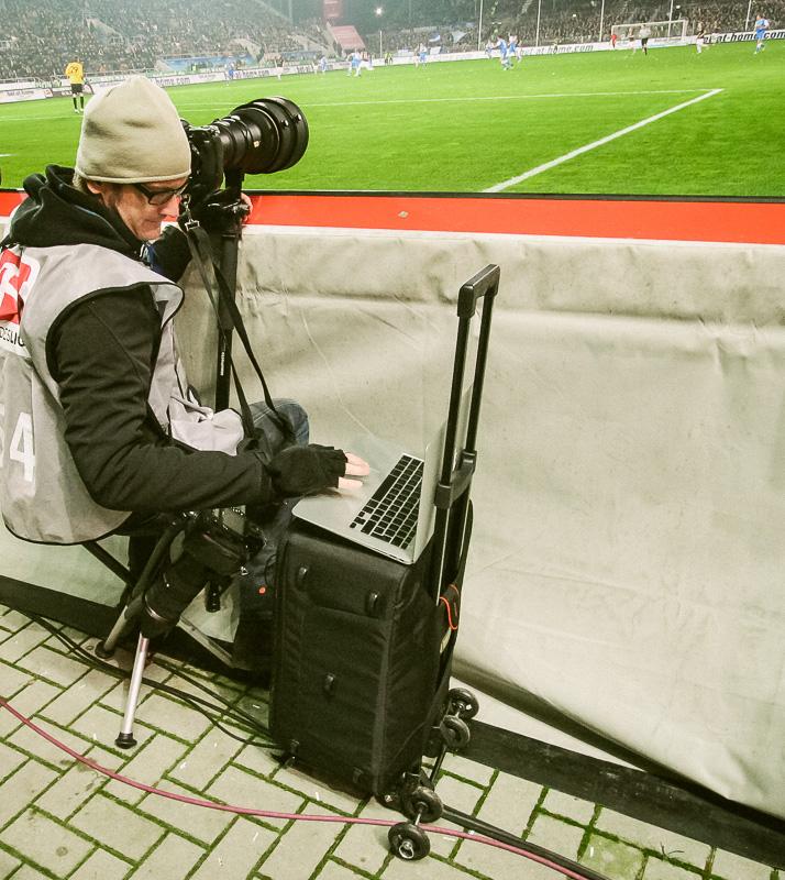 Stefan Groenveld bei der Arbeit am Spielfeldrand vom FC St. Pauli
