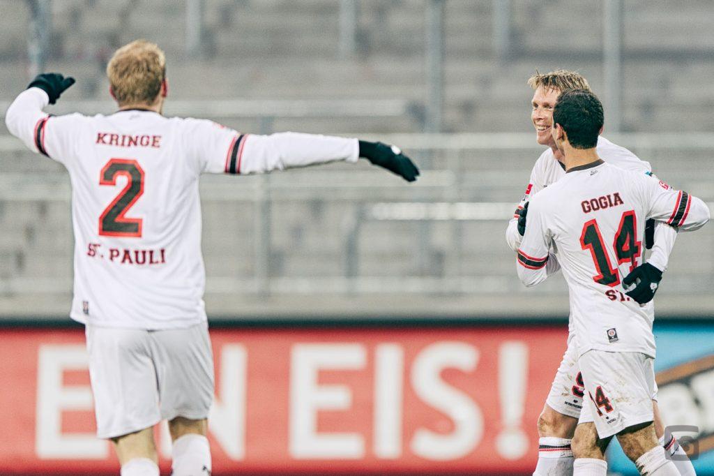 Marius Ebbers jubelt (FC St. Pauli)