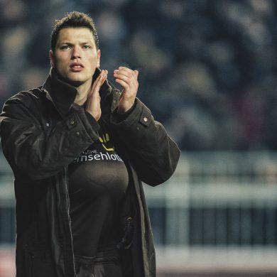 Daniel Ginczek vom FC St. Pauli mit Ball unterm Trikot