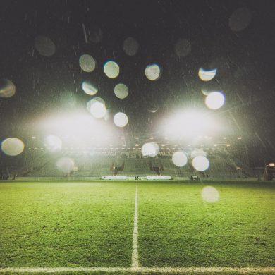Millerntor nach einem Spiel bei Regen - nur das Flutlicht ist noch an