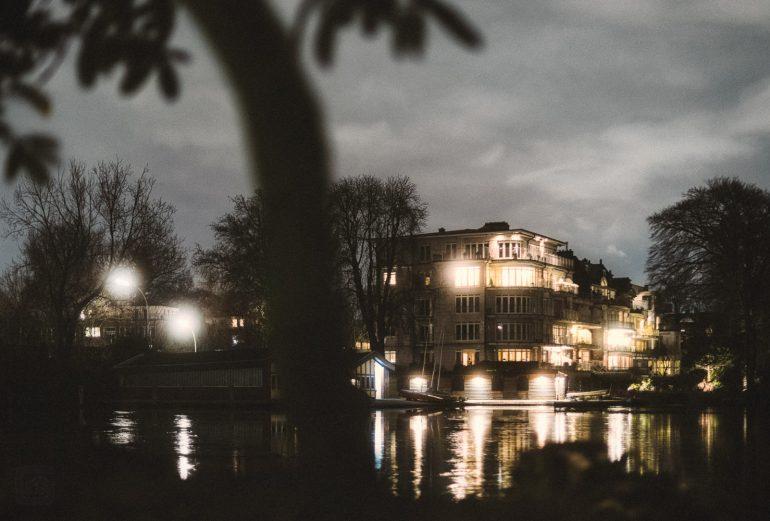 nächtliche Hauser an der Aussenalster in Hamburg über den Langen Zug hinweg fotografiert