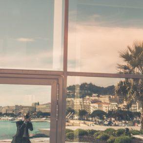 Spiegelung im Palais des Festivals et des Congrès in Cannes