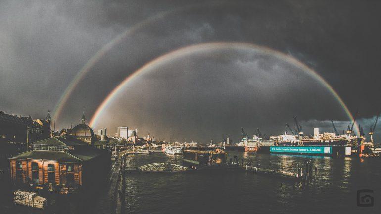 Regenbogen über den Hamburger Hafen