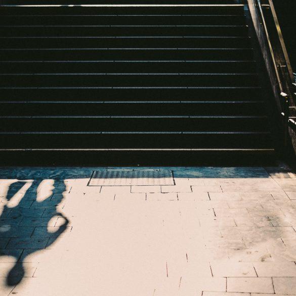 Treppe zum S-Bahnhof Reeperbahn bei Sonnenlicht