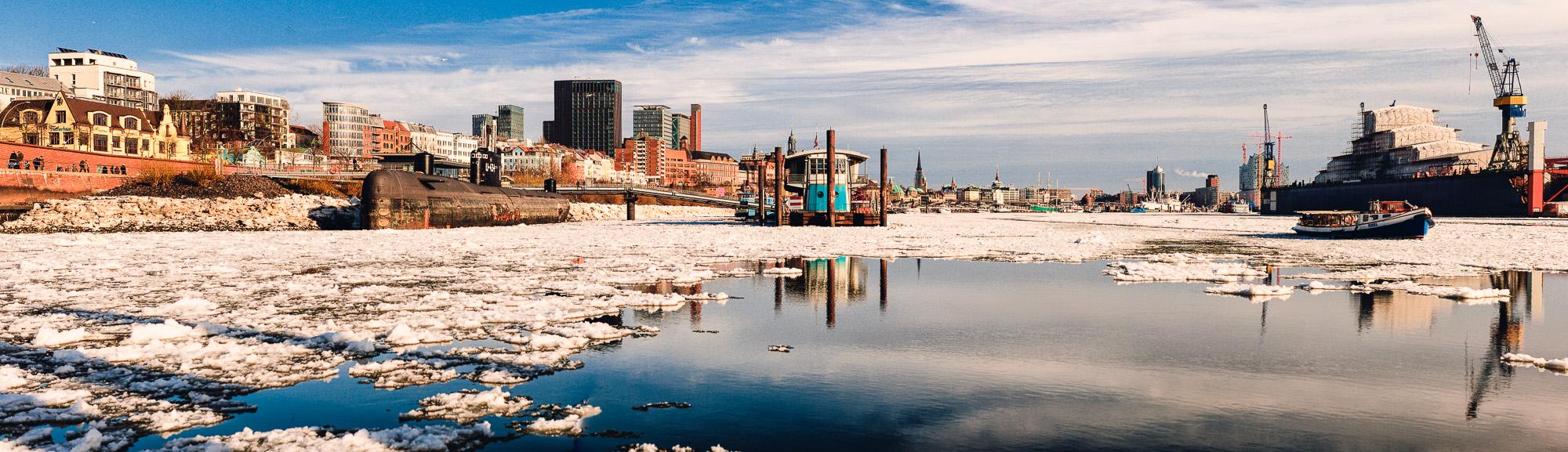 Hamburger Hafen an einem frühlingshaften Wintertag