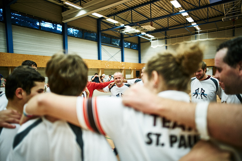 Die Teams vom FC St. Pauli 1 und Avoy Brno feiern nach dem letzten Spiel des Hallenmasters gemeinsam