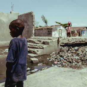 haitianisches Kind in Steinwüste