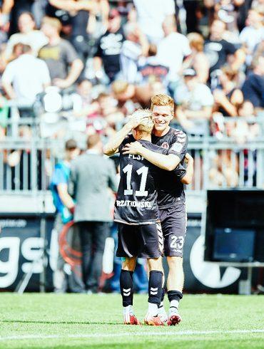 Marc Rzatkowski (FC St. Pauli, #11) herzt Marcel Halstenberg (FC St. Pauli, #23) nach dem Spiel