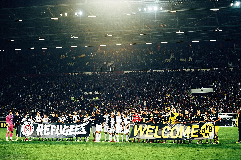 Refugees Welcome - Spieler vom FC St. Pauli und BVB Dortmund nach dem Spiel