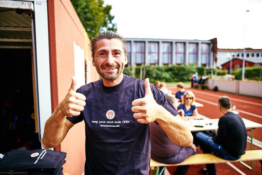 Frank vom CFC mit St. Pauli Shirt - gibt's wohl auch nur im Blindenfussball