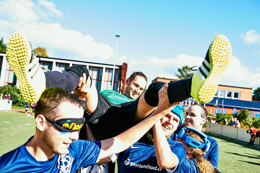 Das Team aus Brno feiert seinen Torhüter
