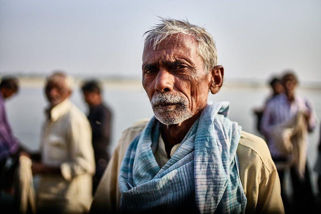 Der nächste Verwandte nach seinem Bad mit Freunden im Ganges kurz bevor es zur Verbrennung geht
