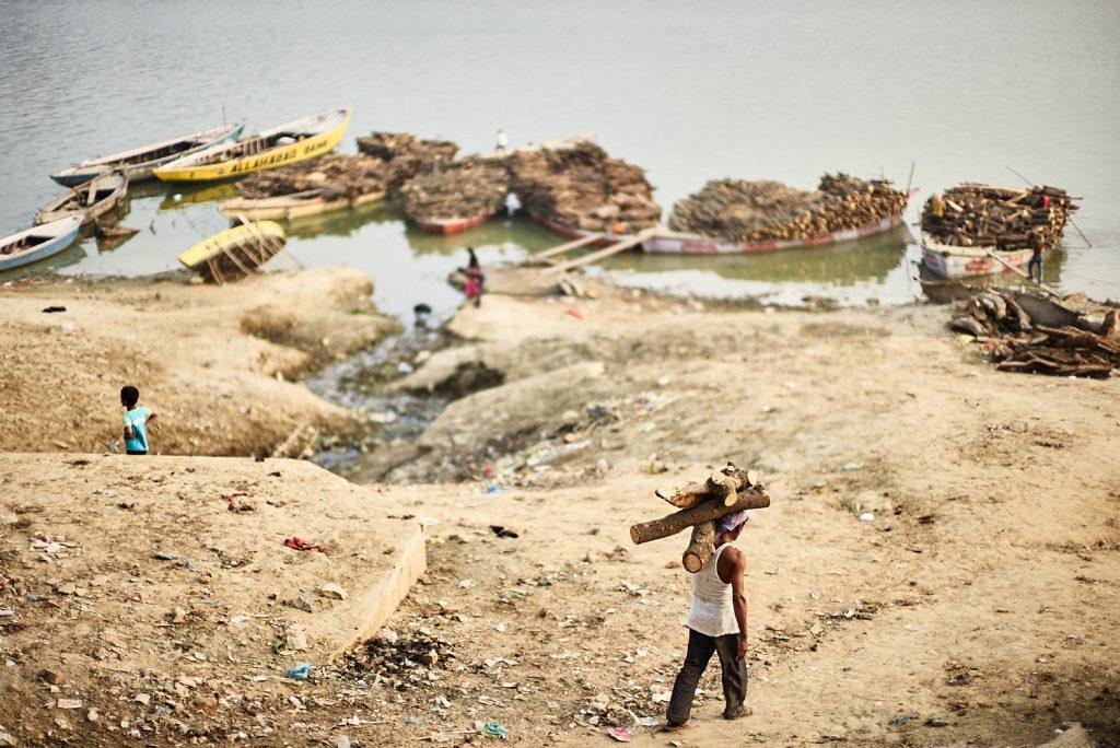 Aus den Slums von Varanasi wird das Holz herbeigeholt