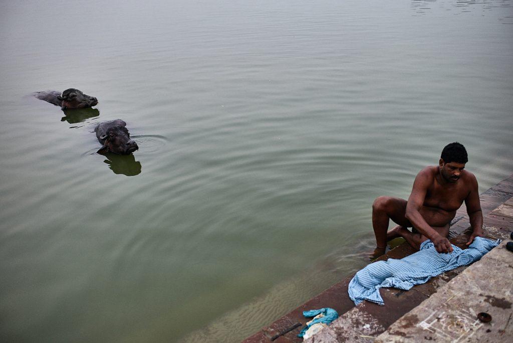 Waschen und Baden im Ganges
