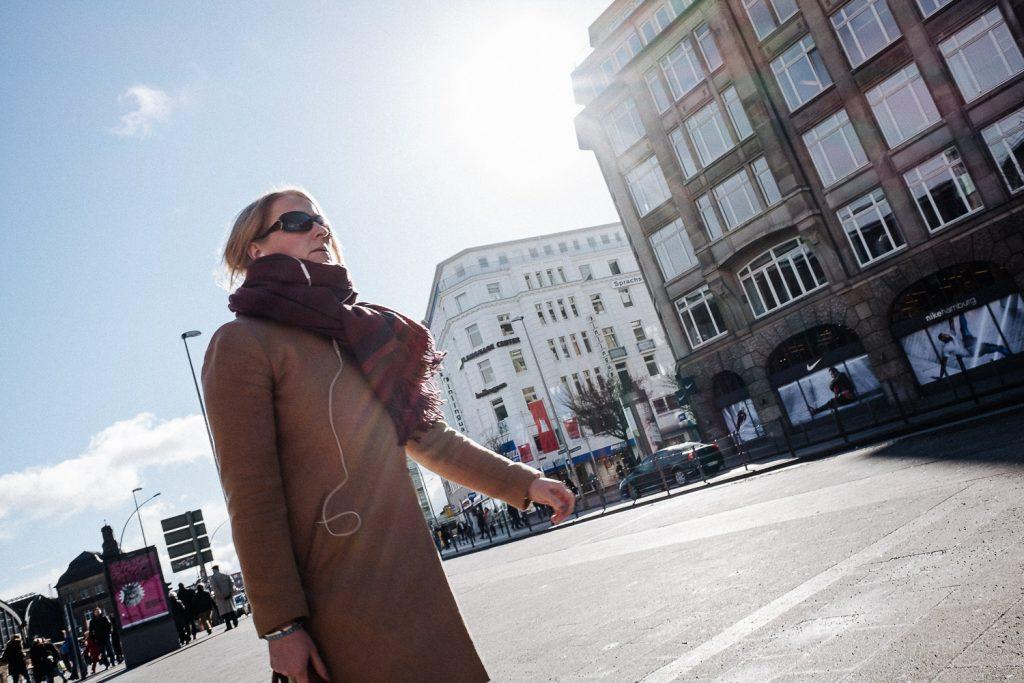 Direkt in die Sonne fotografiert, entstehen Streifen - gut im Mantel der Dame zu erkennen. (1/250 sec, f/8, ISO 200)