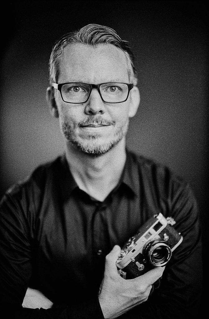 Marco fotografiert mit Leica MP, Noctilux und HP5 bei ISO800