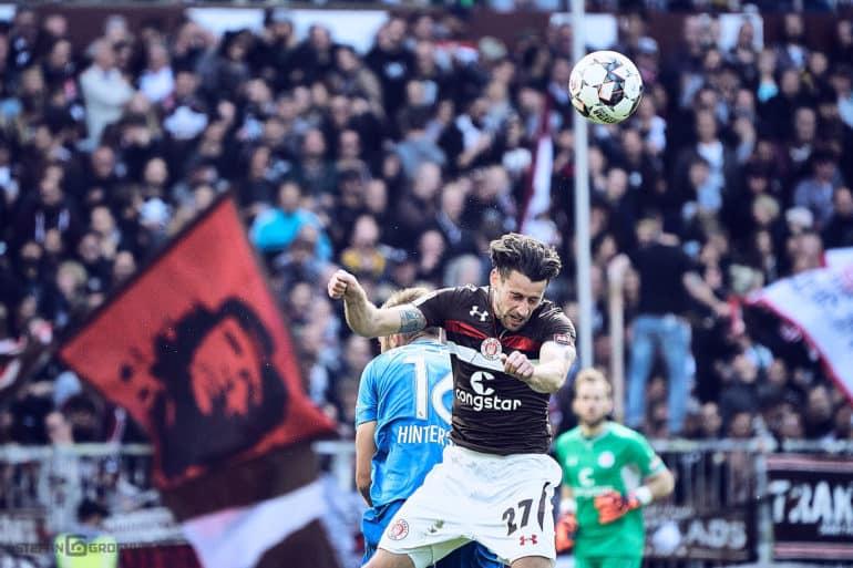 Zweikampf im Spiel FC St. Pauli gegen VfL Bochum