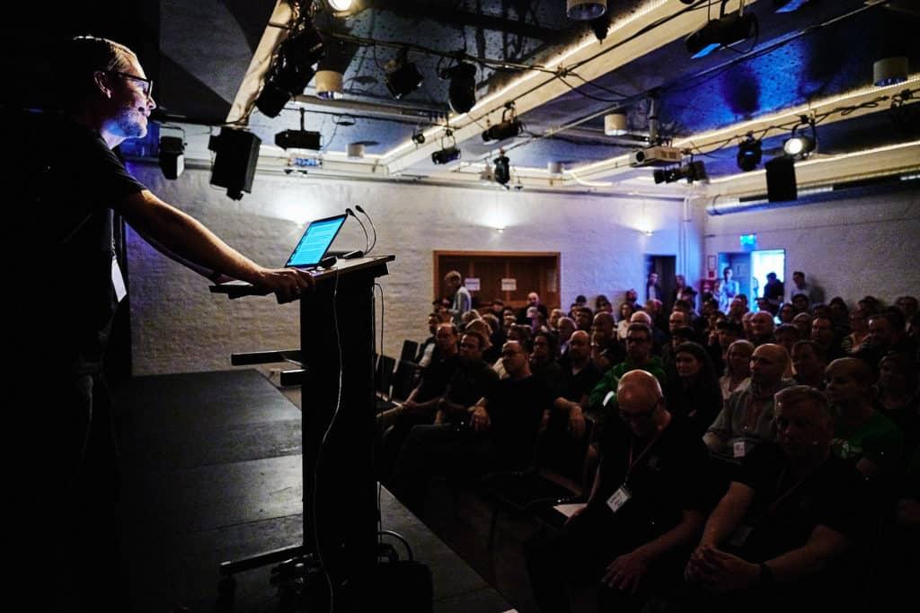 Eröffnung zum German Street Photography Festival von Marco Larousse vor vollbesetztem Haus