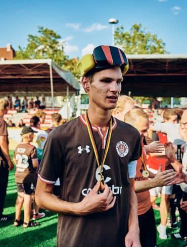Rasmus Narjes vom FC St. Pauli Blindenfussball mit der silbernen Medaille des Vizemeisters