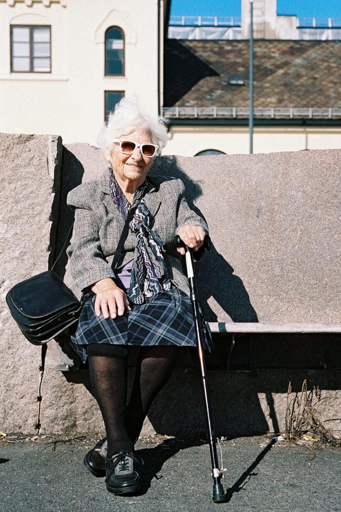 Ältere Frau geniesst die Sonne in Oslo