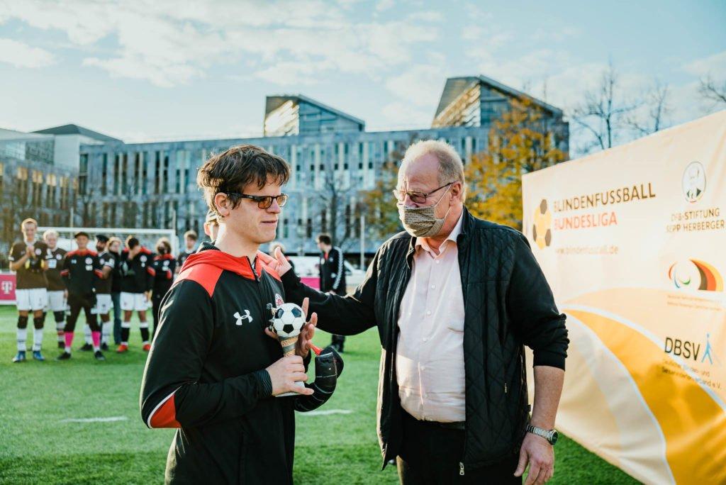 DFB Vizepräsident Dirk Janotta zeichnet Jonathan Tönsing vom Blindenfussball FC St. Pauli als besten Spieler der Blindenfussball Bundesliga in der Saison 2020 aus.